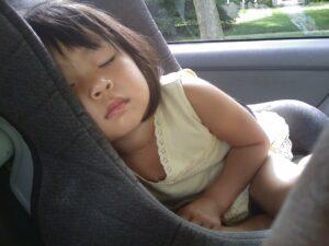 Dziewczynka śpi w foteliku samochodowym - zaRABATowani
